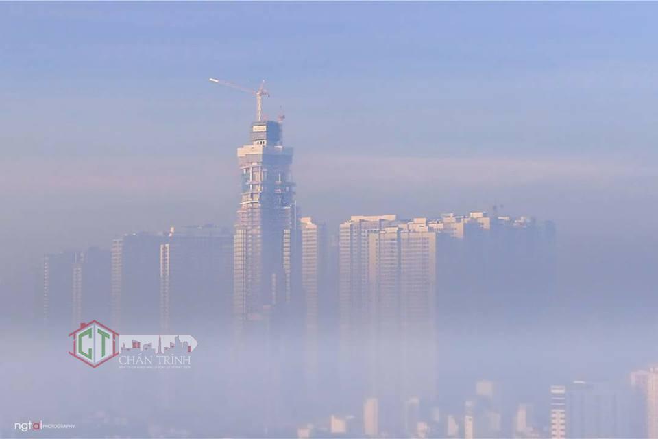Sương mờ che khuất Landmark 81 VInhomes Central Park - Ảnh Tai Nguyen