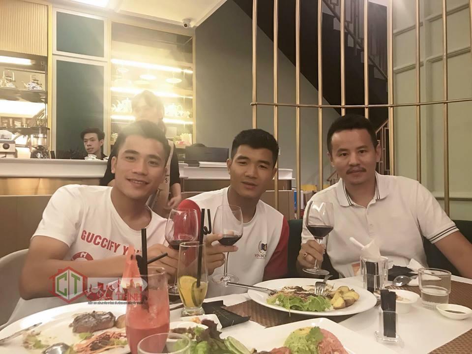 Anh Hồ Quang Mẫn ( Thứ 3 bên tay phải ) chụp hình chung với thành viên đội U23 Việt Nam.