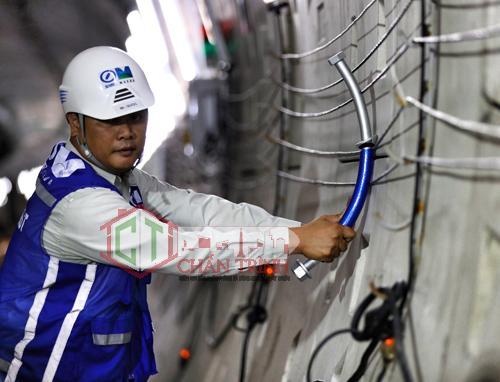Các kỹ sư thi công Metro 1 tại khu vực trung tâm Sài Gòn. Ảnh: Hữu Khoa