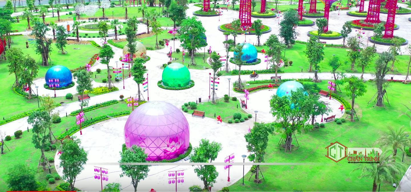 Quả cầu màu sắc được trang trí tại công viên ánh sáng.