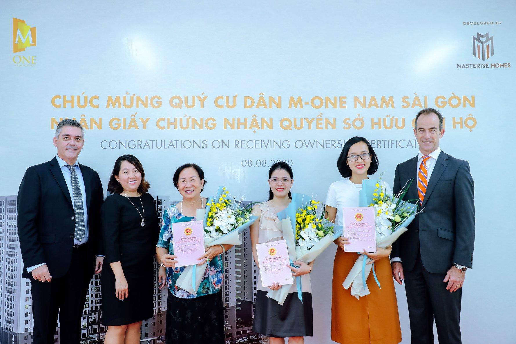 Những khách hàng nhận bàn giao chủ quyền dự án M-One Nam Sài Gòn.